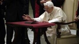 Papa gleda tablet kompjuter, Rim 12. decembar, 2012.