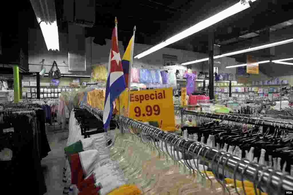 Banderas cubanas se mezclan con los carteles pintados de amarillo chillón y letras rojas que anuncian los precios.