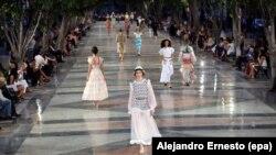 Des mannequins lors d'un défilé de mode organisé par Chanel à la Havane, le 3 mai 2016.