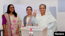 Waziri Mkuu wa Bangladesh, Sheikh Hasina akionesha vidole baada ya kupiga kura