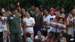 Para pengungsi suku Karen di Mae Sot sedang menunggu kedatangan Aung San Suu Kyi ke kamp mereka (foto. 2/6/2012)..