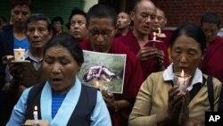 Người Tây Tạng lưu vọng ở Dharamsala, Ấn Độ, tham gia đêm đốt nến cầu nguyện cho người Tây Tạng tự thiêu