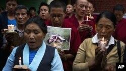 지난 8월 분신자살한 티베트 여성을 애도하기 위해 모인 티베트인들. (자료사진)