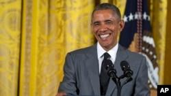 ປະທານາທິບໍດີ Barack Obama ຍິ້ມຕໍ່ບັນດາຜູ້ນຳຊາວໝຸ່ມ ຈາກເອເຊຍອາຄະເນ ທີ່ຢ້ຽມຢາມທຳນຽບຂາວ.