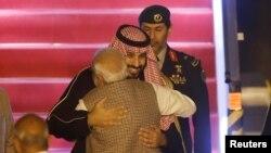 အိႏၵိယ၀န္ႀကီးခ်ဳပ္ Narendra Modi အိႏၵိယႏိုင္ငံ နယူးေဒလီေလဆိပ္သို႔ ေရာက္ရွိစဥ္ ေဆာ္ဒီအိမ္ေရွ႕မင္းသား Mohammed bin Salman က ေပြ႔ဖက္ပံု (ေဖေဖာ္၀ါရီ၊ ၁၉၊ ၂၀၁၉)
