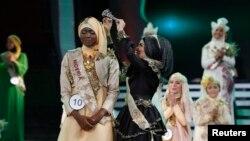 Thí sinh Obabiyi Aishah Ajibola, người Nigeria 21 tuổi, đăng quang hoa hậu Hồi giáo 'Miss Muslimah' 2013 gồm 2,000 đôla tiền thưởng và một chuyến du lịch đến Mecca và Ấn Ðộ.