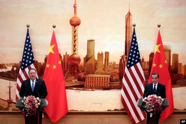 美國國務卿蓬佩奧和中國外交部長王毅2018年6月14日在北京人民大會堂舉行的聯合新聞發布會上講話。