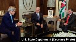 13일 존 케리 미 국무장관(왼쪽)과 베냐민 네타냐후 이스라엘 총리(가운데)가 요르단 수도 암만에서 압둘라 요르단 국왕과 함께 만나 중동 평화 방안에 관해 논의하고 있다.