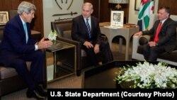 Menlu AS John Kerry (kiri) mengadakan pembicaraan dengan PM Israel Benjamin Netanyahu dan Raja Yordania Abdullah di Amman, Kamis (13/11).