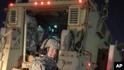 一名美国军人面带笑容撤出伊拉克,跨入科威特边境。