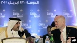 英国外交大臣黑格(右)同卡塔尔王储塔米姆交谈