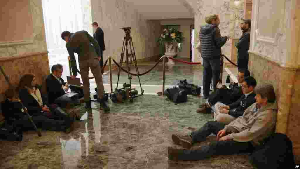 در حالیکه مذاکرات برای دستيابی به صلح اوکراين به درازا کشيد، خبرنگاران در بيرون اتاق مذاکرات صلح در مينسک (بلاروس) نتشز بودند – ۲۳ بهمن ۱۳۹۳ (۱۲ فوريه ۲۰۱۵)