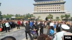 山东访民李玉10月3日在天安门广场南面的前门大街附近点燃鞭炮喊冤被警察和便衣人员拷走 (民生观察)