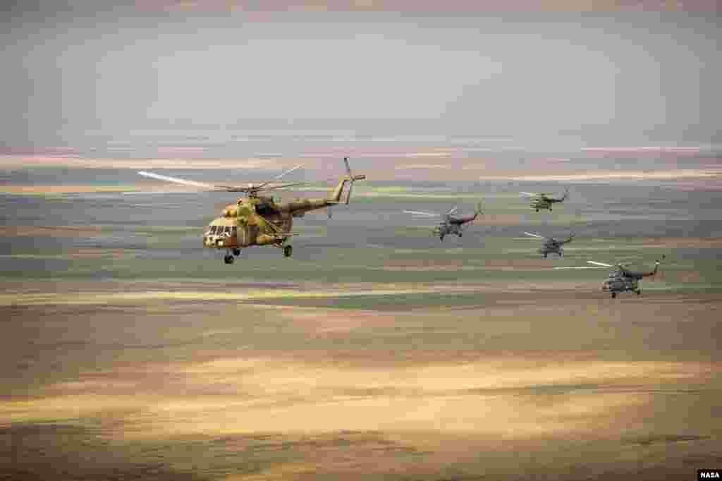 10일 러시아의 수색 헬리콥터가 카자흐스탄 상공을 날고 있다. 러시아 항공 우주국이 쏘아올린 우주선 '소이어크 TMA-08M'는 5개월반 우주정거장 체류를 마치고 11일 지구로 귀환할 예정이다.