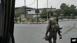 وێنهی سهربازێـکی سوری له شهقامێـکی دیمهشقی پایتهخت و بێکهیسـیـیهکی به شـانهوهیه، یهکشهممه 8 ی پـێـنجی 2011
