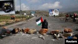 이스라엘 점령 지역인 서안 지구 내 베이트 엘 정착촌에서 팔레스타인 현지주민들이 시위하고 있다. 앞서 이스라엘이 베이트 텔에 새로운 90세대의 정착촌을 건설하기로 하면서 팔레스타인과 국제사회의 비난을 받았다.