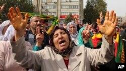 Người biểu tình hô khẩu hiệu phản đối các vụ đánh bom đẫm máu tại Ankara, ngày 11/10/2015.