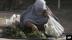 اکثر زنان دست فروش بیوه و یگانه نان آور خانواده های شان اند