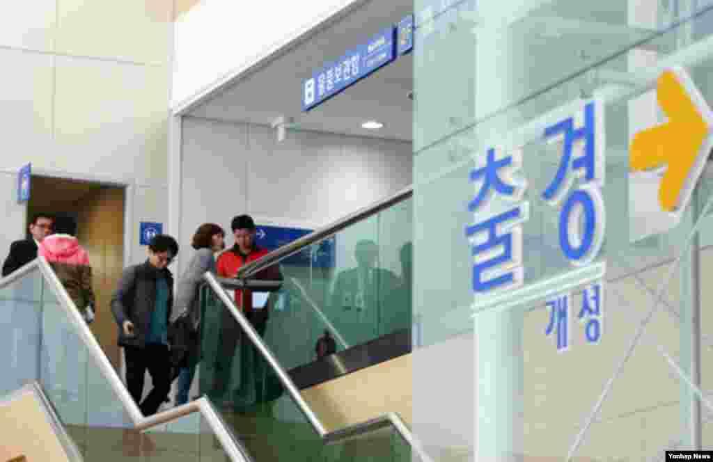 북한이 개성공단 출경을 불허한 3일 오전 경의선 남북출입사무소가 분주한 모습을 보이고 있다.