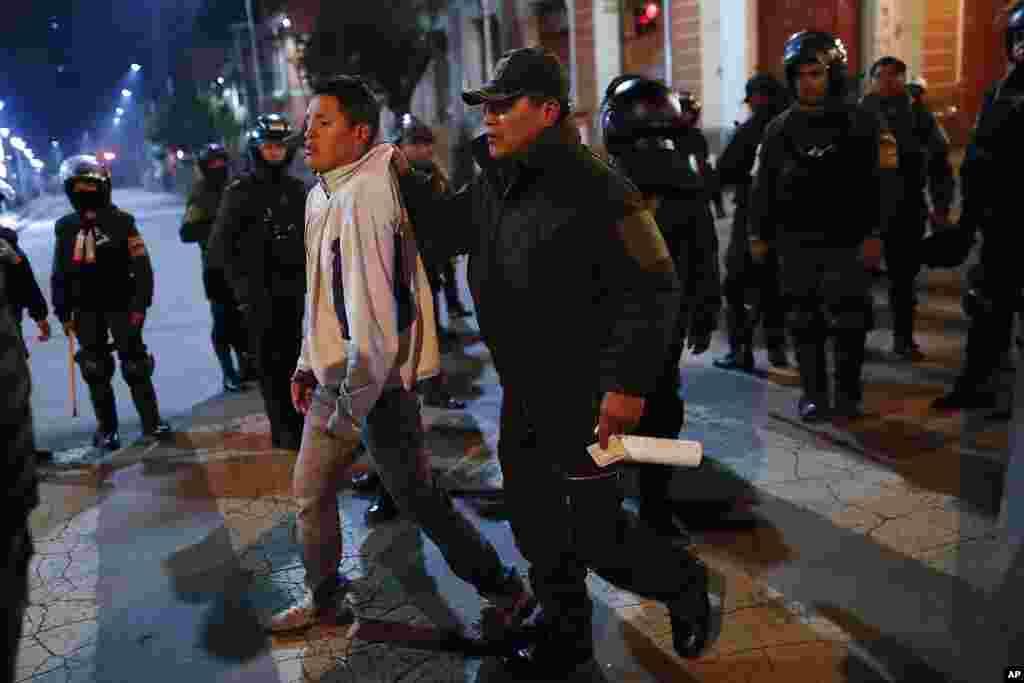 La policía detiene a un hombre en el centro de La Paz; las autoridades mantienentareas de vigilancia en diferentes ciudades de Bolivia.