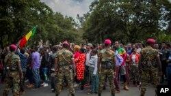 Des soldats éthiopiens tentent de contrôler les manifestants de la capitale et ceux qui ont été déplacés par des violences ethniques au cours du week-end à Burayu, en Ethiopie, le 17 septembre 2018.