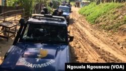 Une patrouille de la gendarmerie au quartier Jacques Opangault à Brazzaville, le 11 mai 2017. (VOA/Ngouela Ngoussou)