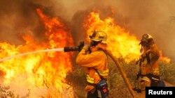 消防員努力撲滅加州山火