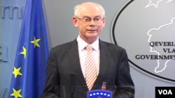 Presiden Uni Eropa Herman van Rompuy hari Jumat (20/12) mengecam tekanan dari Moskow terhadap pemerintah Ukraina.