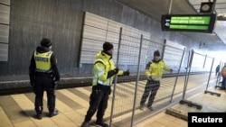 Hàng rào tạm thời được dựng lên giữa các ga trong nước và quốc tế tại nhà ga xe lửa ở Hyllie thuộc miền nam Malmo, Thụy Điển, ngày 3/1/2016.