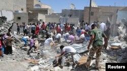Поиски выживших среди развалин разрушенных зданий после ночных авиаударов. Сирия, 10 августа 2013г.