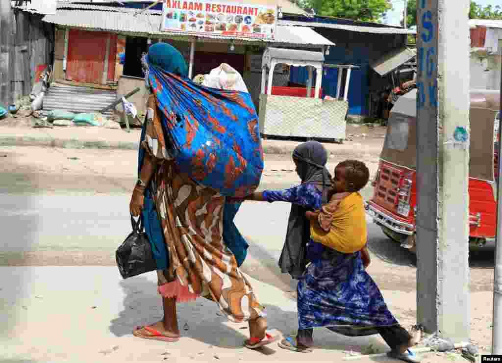 Mogadishudagi otishmadan so'ng bazi aholi shaharni tark etmoqda. Somali.