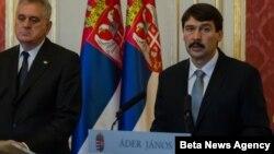 Presiden Hungaria, Janos Ader (kanan) memberikan keterangan pers di Budapest (foto: dok).