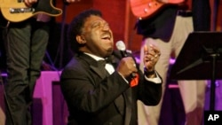 "Dalam foto dari 28 Oktober 2008 ini, Percy Sledge melantunkan lagu 'When a Man Loves a Woman"" pada ajang Musicians Hall of Fame di Nashville, Tennessee."