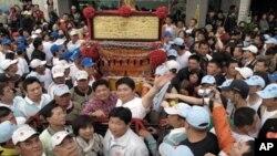 民众簇拥着妈祖神轿