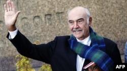រូបឯកសារ៖ តារាភាពយន្តជនជាតិស្កត់លែនដ៏ល្បីឈ្មោះលោក Sean Connery ដែលបានសម្តែងជាតួអង្គ James Bond ដំបូងគេ គ្រវីដៃនៅពេលលោកផ្សព្វផ្សាយសៀវភៅថ្មីរបស់លោកដែលមានចំណងជើងថា «Being a Scot» នៅមហោស្រពសៀវភៅអន្ដរជាតិក្នុងទីក្រុង Edinburgh កាលពីថ្ងៃទី២៥ ខែសីហា ឆ្នាំ២០០៨។