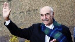 25 Ağustos 2008 - İskoçyalı dünyaca ünlü aktör Edinburgh'daki Uluslararası Kitap Fuarı'nda, kaleme aldığı 'İskoç Olmak' adlı kitabını tanıtırken