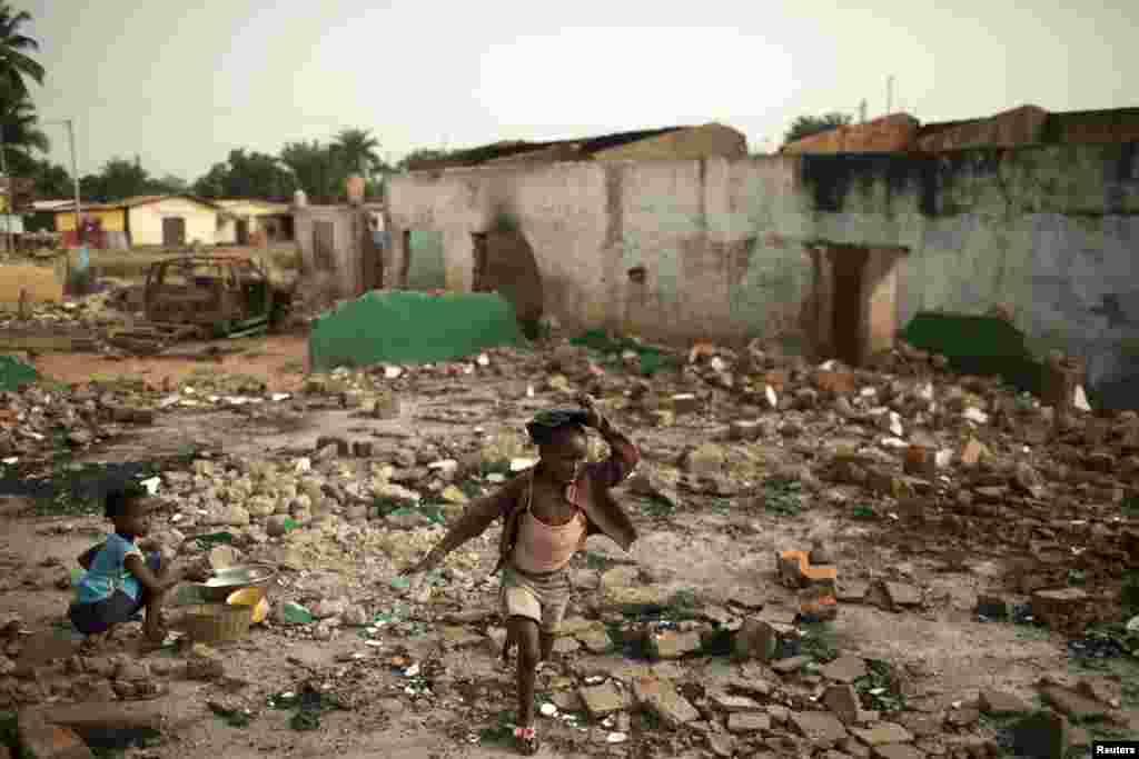 Uma menina anda por entre os destroços de casas muçulmanas em Miskine, Bangui, Março 5, 2014.