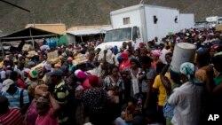 Haitianos esperan la apertura de la frontera entre Jimani, Rep. Dominicana y Malpasse, Haití en un día de mercado.