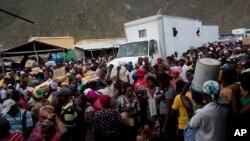 Ayisyen ki sou fwontyè Ayiti ak Sen Domeng pandan jou mache nan Malpasse, Ayiti. Foto achiv: 18 jen 2015.