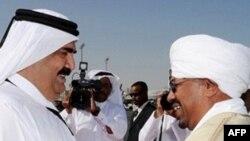 Tổng thống Sudan Omar Hassan al-Bashir (phải) đã ký thỏa thuận hưu chiến với Phong trào Công lý và Bình đẳng tại Qatar