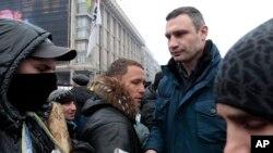ویتالی کلیچکو قهرمان پیشین کشتی، نماینده پارلمان و رئیس حزب اوپوزیسیون اوکراین در تظاهرات روز یکشنبه در میدان استقلال کیف