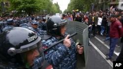 Сотрудники полиции блокируют демонстрантов, протестующих против назначения бывшего президента страны Сержа Саргсяна премьер-министром Армении. Ереван. 21 апреля 2018 г.