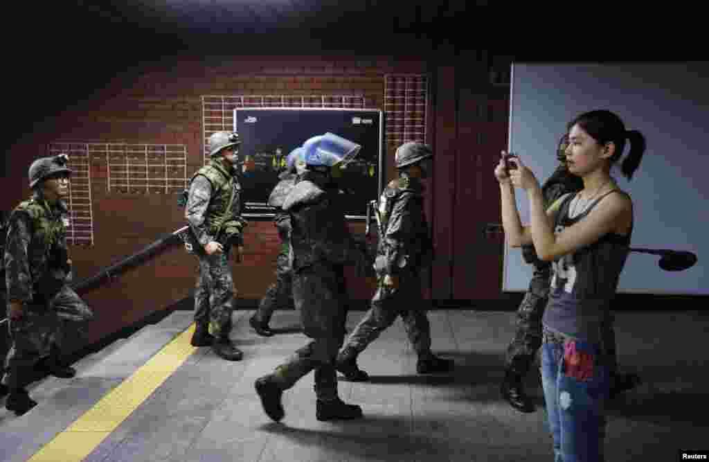 을지 프리덤 가디언 연습 이틀째인 20일 서울 지하철 역에서 군인들이 대테러 훈련 중이다.