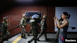 을지프리덤가디언 연습 이틀째인 20일 한국 군인들이 서울 지하철역에서 대테러 진압 훈련 중이다.
