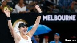 Belinda Bencic dari Swiss merayakan kemenangannya atas Venus Williams di turnamen Australia Terbuka, Rod Laver Arena, Melbourne, Australia, 15 Januari 2018.