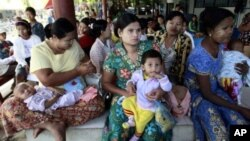 Burmese mothers wait to have their children to be treated at Mae Tao clinic in the border town of Mae Sot, Thailand. (File Photo)