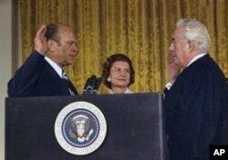 尼克松辞职后福特宣誓就职
