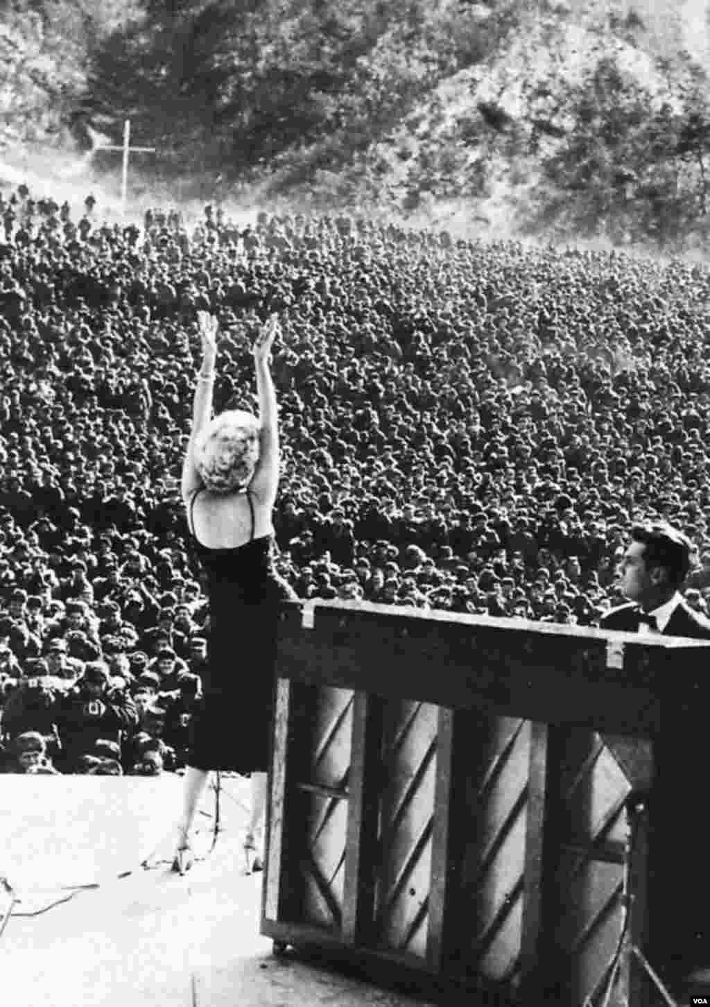 Merilin Monro Koreyada ABŞ əsgərləri qarşısında konsert verir. Fevral, 1954.