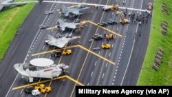 台灣戰機在演習中停在高速公路上。