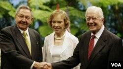 Raúl Castro con Carter y su esposa Rosalynn, en el Palacio de la Revolución.